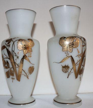 Paire de vases opaline blanche décor doré de fleurs d'iris