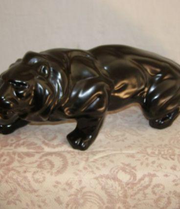 Art vintage:  Sculpture lion en faïence  longueur 46cm