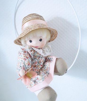 Décor chambre d'enfant vintage, poupée en tissus fleurs rose
