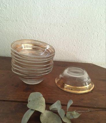 Coupelles en verre cannelé bordées de doré années 60.