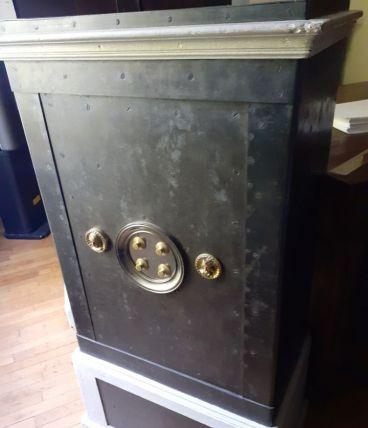 Magnifique coffre fort ancien restaurée
