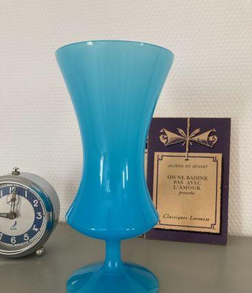 Vase en opaline bleue