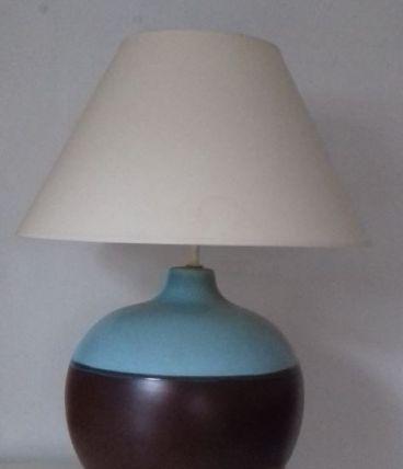 1 lampe avec l'abat-jour en céramique, couleur bleu marron