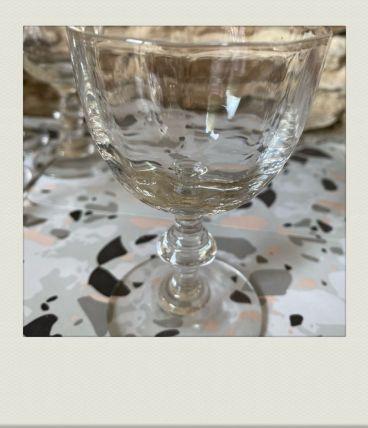 Petits verres à pied facetté, simples et chics.