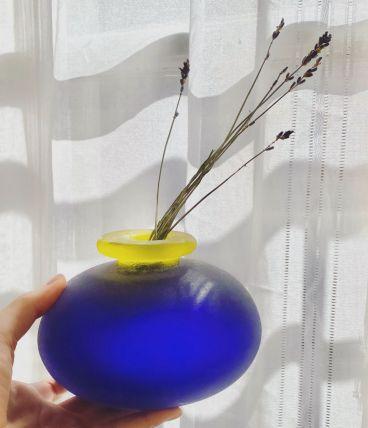 Vase en verre sable bleu