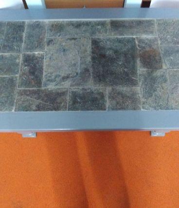 Table basse en bois et pierres