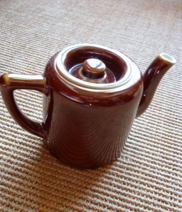théière en porcelaine marron vintage de restaurant
