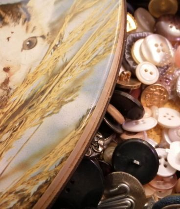 Boîte vintage en métal remplie de boutons