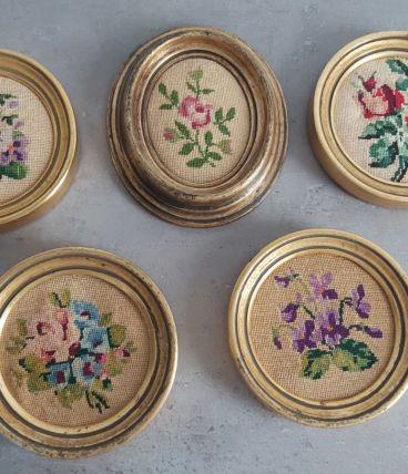 Lot de cinq cadres anciens dorés et motifs floraux
