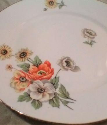 Charmant plat en porcelaine