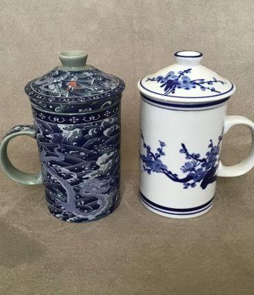 Tasses à thé avec couvercle et infuseur intégré.