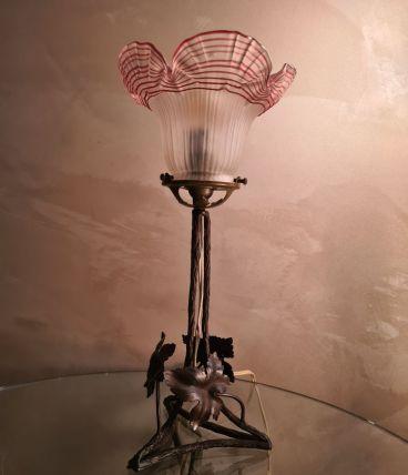 lampe  fer forgé  1900  verre  dentelle pressé et moulé  a l