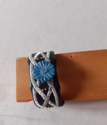 Bracelet en tissu skaï bleu marine brodé,bouton bleu fleurs