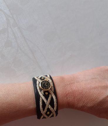 Bracelet en tissu noir brodé ,des clous or & un bouton montr