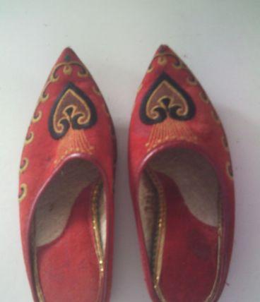 Chaussure babouche rouge brodé pour décoration intérieur,