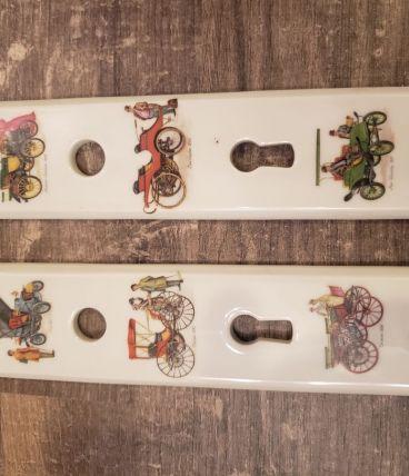 2 plaques de propreté porcelaine motifs voitures anciennes