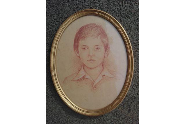 Cadre bois doré, portrait enfant sanguine