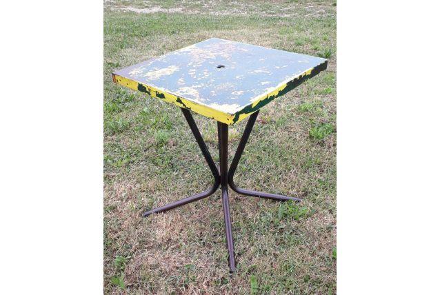 table bistrot tolix  1950. Le plateau est entièrement patiné