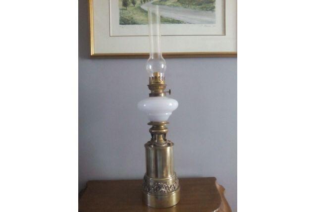 Lampe à pétrole Bronze & opaline blanche XIX ème siècle
