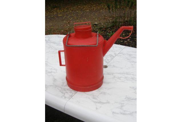 Arrosoir en plastique rouge avec couvercle, anse en métal