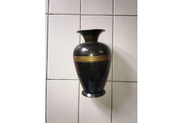Petit vase en métal