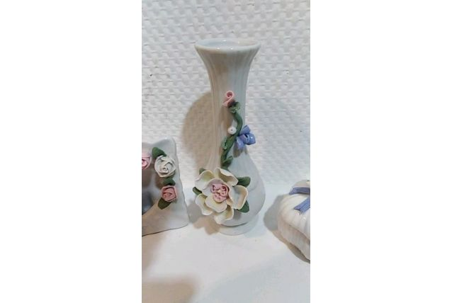 Trios porcelaine : vase , coffre a bojoux et porte-photo