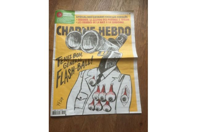 JOURNAL BD CHARLIE HEBDO 1383 tenez bon general flash ball c