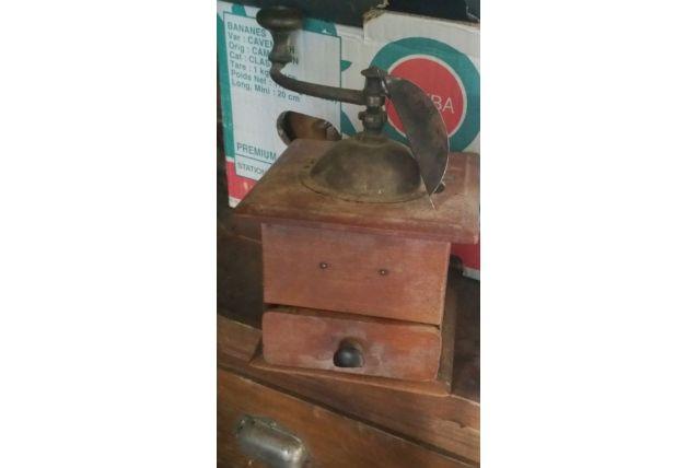 Moulin à café en bois et fer