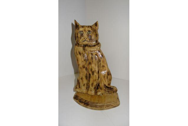 Chat  assis  bois  sculté   sur socle