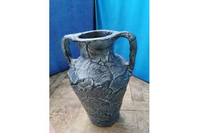 Très belle vase en terre cuite patinée .