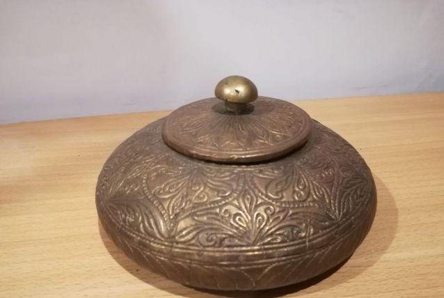 Boite en bois et métal avec motif floral en relief