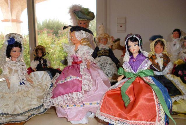 Collection de poupees folkloriques