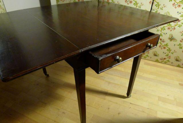 Table à allonges, un tiroir en ceinture