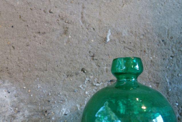 Petit vase boule en verre vert