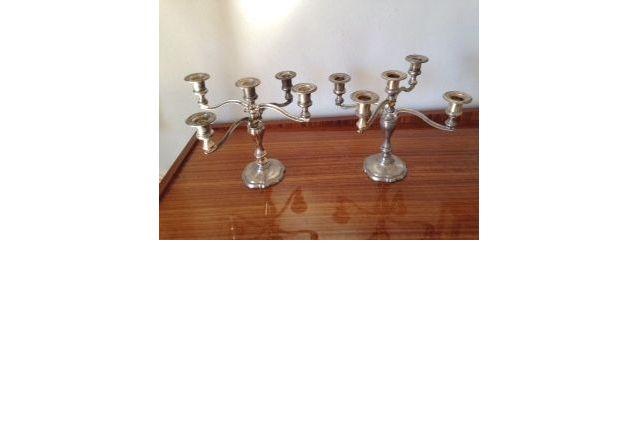 Paire de chandeliers en métal chromé reflets dorés