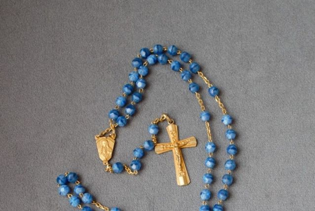 Chapelet perles bleues et médailles dorées