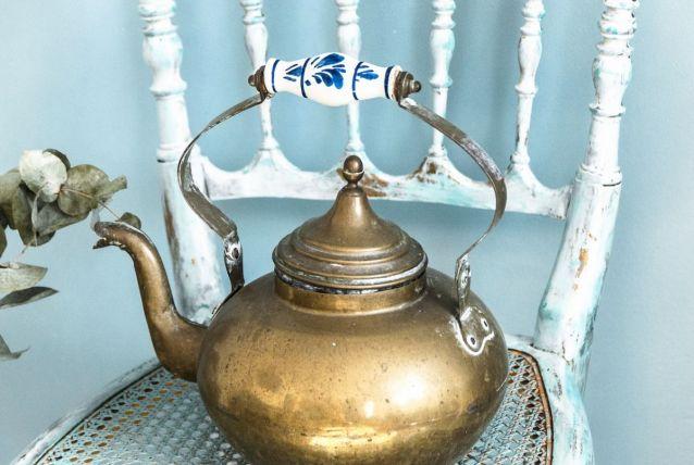 Bouilloire ancienne en laiton et poignée porcelaine peinte