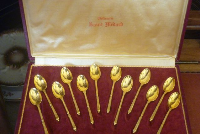 12 Cuillères à moka dorées St Médard