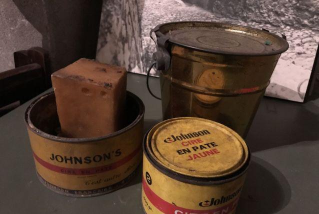 Anciennes boîtes métalliques cire bois