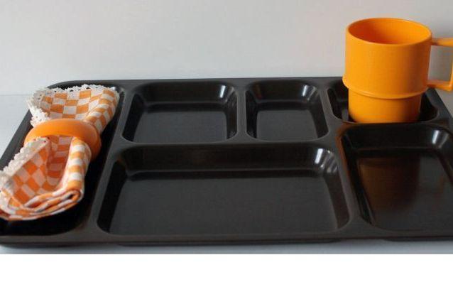 Plateaux repas en plastique marron foncé
