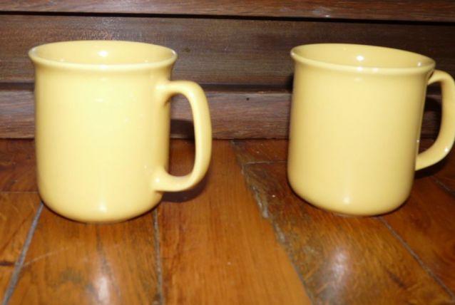 2 Mugs jaunes –Etat neuf