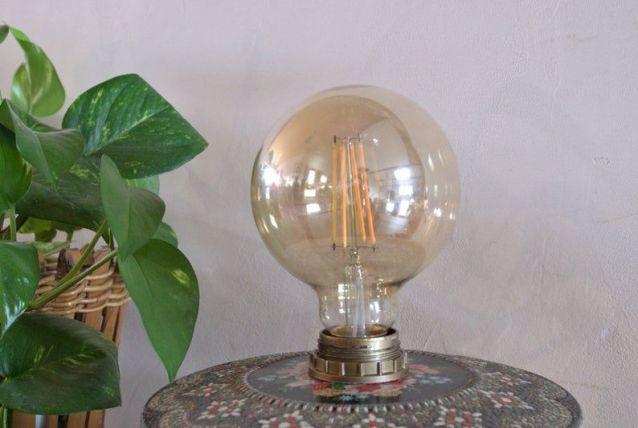 Lampe vintage avec une boîte ancienne en métal
