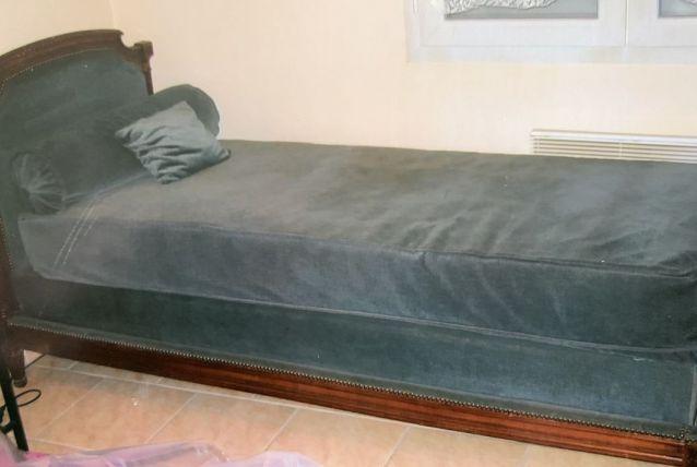 Petit lit ancien en bois massif et velours bleu